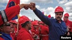 El presidente venezolano Nicolás Maduro (derecha) vista la franja de Orinoco, en el estado Monagas.