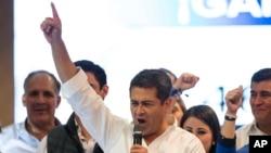 Según los últimos datos oficiales, el presidente Hernández suma 1.410.827 votos por los 1.358.488 de Nasralla con el 99,90% de los votos procesados.