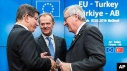 Turski premijer Ahmet Davutoglu sa predsednicima Evropske komisije i Evropskog saveta, Žan Klodom Junkerom i Donaldom Tuskom