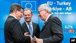 Thủ tướng Thổ Nhĩ Kỳ Ahmet Davutoglu (trái), Chủ tịch Ủy ban châu Âu Jean-Claude Juncker (phải) và Chủ tịch Hội đồng châu Âu Donald Tusk sau một cuộc họp báo tại hội nghị thượng đỉnh EU tại Brussels, Bỉ, ngày 8/3/2016.