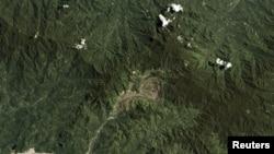 卫星照片显示位于巴布亚新几内亚布干维尔的世界最大铜矿之一潘古纳铜金矿坑。(2017年9月26日)