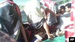 也門阿比揚省首府津吉巴爾附近的一個軍事基地發生爆炸﹐受傷的軍人被抬離現場。