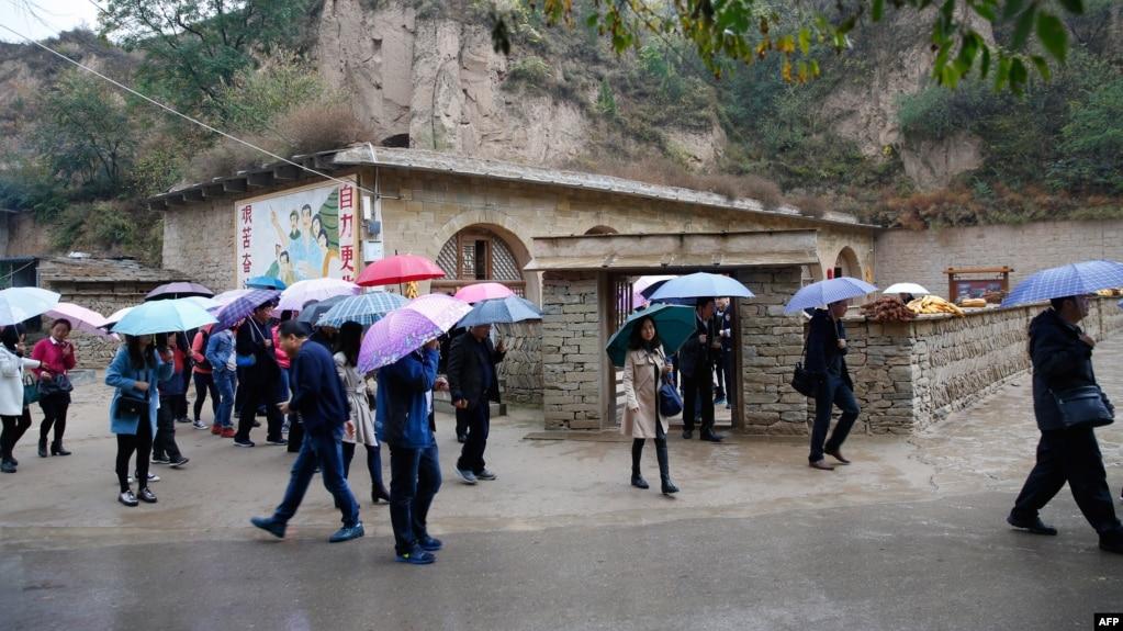 2016年10月22日,人們參觀中國國家主席習近平青年時期在中國陝西省梁家河住過的窯洞。 這三個窯洞迎接了源源不斷的共產黨朝聖者