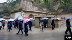 2016年10月22日﹐大眾參觀中國國家主席習近平青年時期在中國陝西省梁家河住過的窯洞。 這三個窯洞迎接了源源不斷的共產黨朝聖者。
