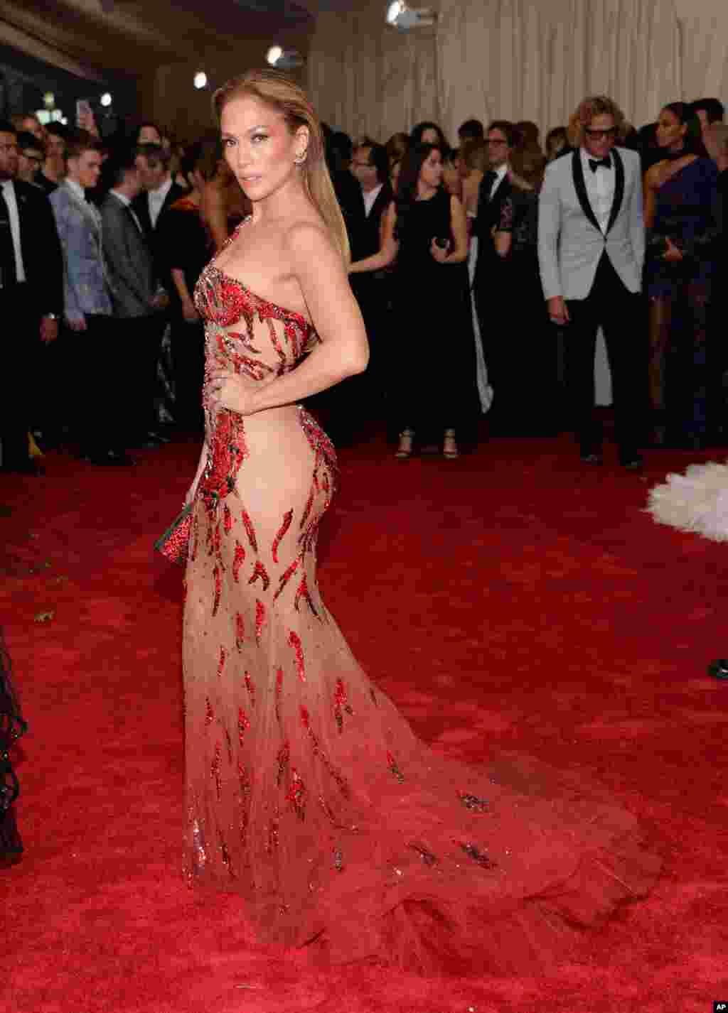 Jennifer Lopez chegou ao evento atraindo olhares, com um vestido que mostrava quase tanto quanto cobria.
