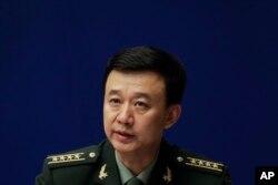 中国国防部发言人吴谦大校在记者会上(2017年7月24日)