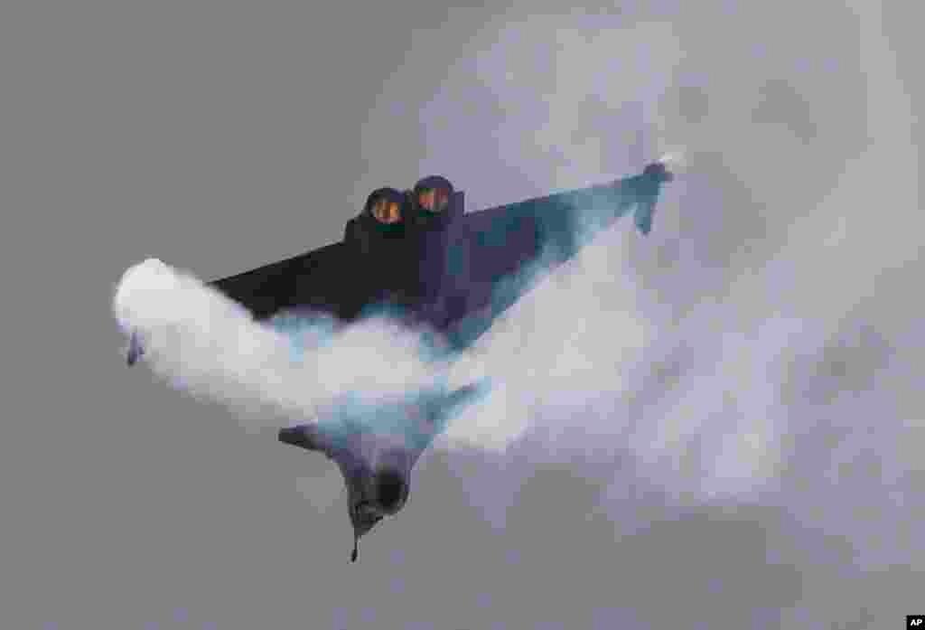 پنجاه و سومین دوره نمایشگاه هوایی پاریس -یک نمونه از جتهایشرکت هواپیماسازی فرانسوی داسو اویاسیون در مراسم افتتاحیه این نمایشگاه.