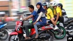 Peraturan baru di provinsi Aceh akan melarang perempuan membonceng sepeda motor dengan duduk mengangkang (foto: dok). Aktivis menilai peraturan ini dikskriminatif.