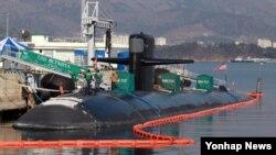 2일 미 해군의 원자력 추진 잠수함인 올림피아호(SSN·7천t급)가 한국 진해군항에 정박해 있다. 올림피아호는 한국 해군의 잠수함사령부 창설을 축하하고 한국 해군 잠수함과 연합훈련을 위해 입항한 것으로 알려졌다.