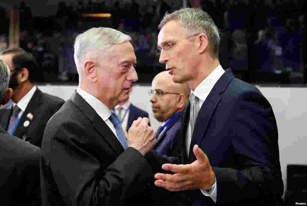 وزیر دفاع آمریکا و دبير کل ناتو در اجلاس وزیران دفاع کشورهای عضو ناتو در بروکسل