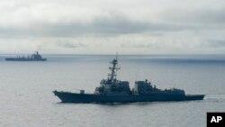 Tàu khu trục trang bị tên lửa dẫn đường USS William P. Lawrence chờ tiếp nhiên liệu từ một tàu chở dầu (phía trên) ngoài khơi Coronado, California, ngày 20/1/2016.