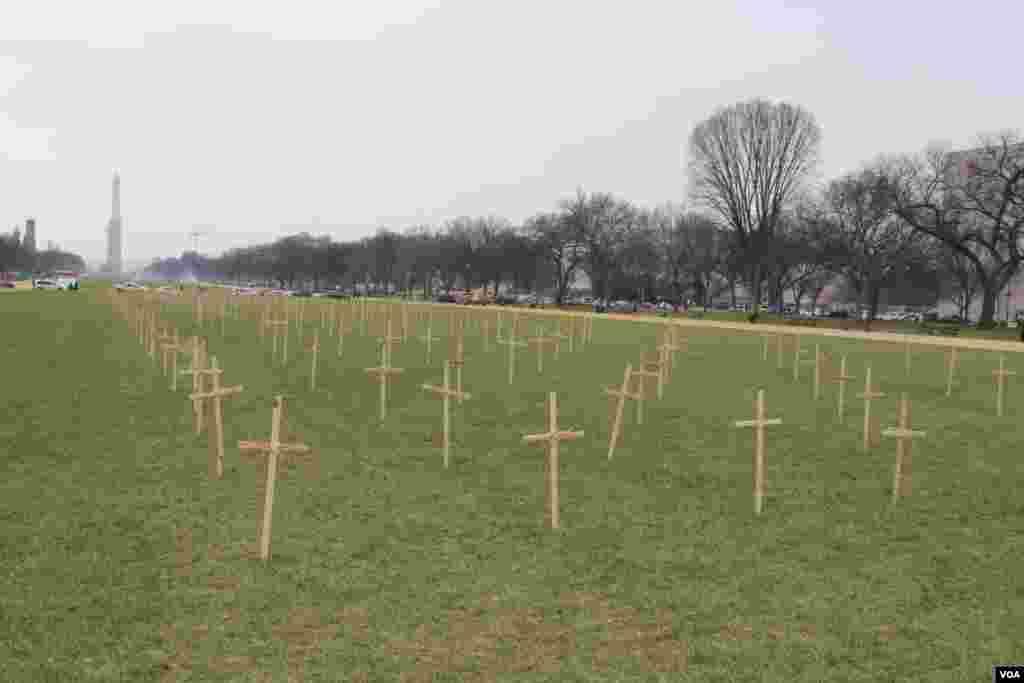 A un costado de la carpa, en la explanada frente al Capitolio se exponen decenas de cruces para recordar a los miles de inmigrantes que mueren en el intento por cruzar la frontera.