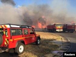 Para petugas pemadam kebakaran berupaya memadamkan kebakaran hutan di wilayah Var, kawasan selatan Perancis, 17 Agustus 2021. (SDMIS69/Handout via REUTERS)