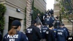 Cảnh sát đột nhập vào một căn hộ nơi cư ngụ của các bà mẹ Trung Quốc sinh con quốc tịch Mỹ ở Irvine, California, ngày 3/3/2015.