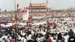 1989年5月17日北京天安门广场上成千上万的学生游行示威要求民主