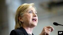 Hillary Clinton pandan li tap fè diskou sou plan ekonomik li a nan Warren, Michigan.