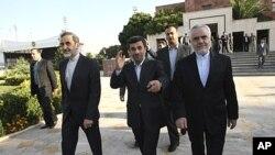 ປະທານາທິບໍດີອີຣ່ານ ທ່ານ Mahmoud Ahmadinejad (ກາງ) ຍົກມືໃສ່ພວກນັກຂ່າວ ທີ່ສະໜາມບິນ Mehrabad ໃນນະຄອນຫຼວງເຕຫະຣ່ານ ກ່ອນອອກເດີນທາງ ມາຍັງນະຄອນນິວຢອກ ເພື່ອເຂົ້າຮ່ວມກອງ ປະຊຸມສະມັດຊາໃຫຍ່ ອົງການສະຫະປະຊາຊາດ (19 ກັນຍາ 2011)