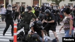 Người biểu tình bị cảnh sát Orange County bắt giữ trong cuộc tuần hành phản đối các vụ nổ súng gây chết người hồi gần đây ở Anaheim, California, ngày 24/7/2012