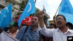 터키에 거주하는 위구르인들과 그 지지자들이 태국 당국의 위구르족 추방 사태에 항의하고 있다.