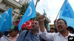 지난 10일 터키 앙카라의 중국 대사관 앞에서 위구르계 주민들이 중국의 위구르 정책에 항의하는 시위를 벌이고 있다. (자료사진)