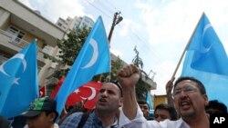 ជនអ៊ុយហ្គ័ររស់នៅតួកគី និងអ្នកគាំទ្រជនជាតិតួកគី ដោយមួយចំនួនកាន់ទង់ជាតិតួកគី និងទង់ជាតិ East Turkestan ដែលជាឈ្មោះតំបន់ប្រើដោយជនផ្តាច់ខ្លួន អ៊ុយហ្គ័រ និងជនជាតិតួកគីទៅលើស្រុកកំណើតជនអ៊ុយហ្គ័រនៅខេត្ត Xinjiang ប្រទេសចិន បានធ្វើការតវ៉ាប្រឆាំងនឹងការដឹកនាំដោយរដ្ឋាភិបាលចិន។