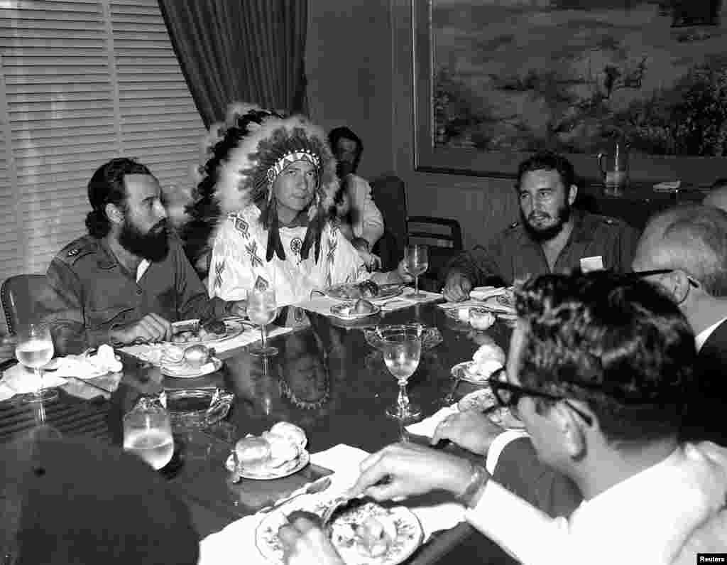 Fidel Castro rencontre Reverend W.A.Raifford (2e à gauche), le chef de la tribu White Birds des Indians Creek à La Havane, le 16 juillet 1959.