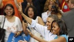 奧巴馬總統和夫人5月5日在維吉尼亞州立邦聯大學的集會上向人群揮手致意