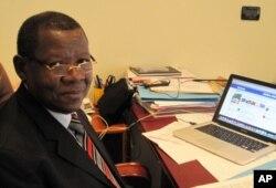 Le ministre congolais de la Communication Lambert Mende, dans ses bureaux à Kinshasa (novembre 2011)