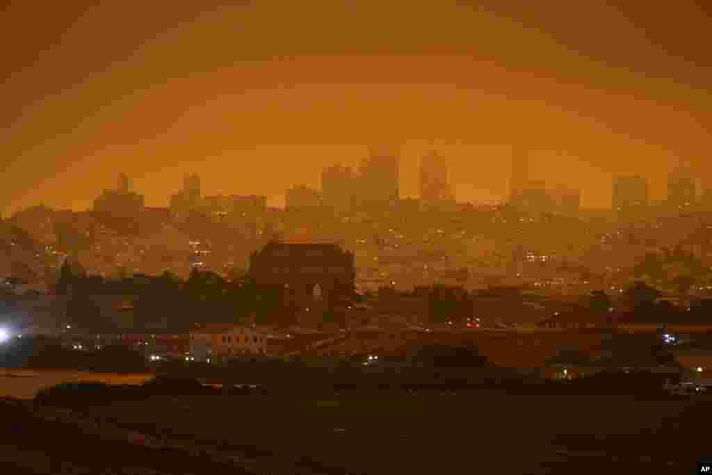 ទិដ្ឋភាពពីលើអកាសនៃតំបន់ Crissy Field ក្នុងទីក្រុង San Francisco ដែលគ្របដណ្តប់ដោយផ្សែងដែលបណ្តាលមកពីហេតុការណ៍ភ្លើងឆេះព្រៃជាច្រើនកន្លែងនៅរដ្ឋ California ថ្ងៃពុធ ទី៩ ខែកញ្ញា ឆ្នាំ២០២០។