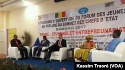 Ouverture du Forum des Jeunes à Bamako, Mali, le 11 janvier 2017 (VOA/Kassim Traoré)