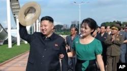 Lãnh tụ Bắc Triều Tiên Kim Jong Un và vợ Ri Sol Ju.
