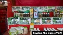 Des produits de la médecine traditionnelle à Dakar, au Sénégal, le 4 juin 2017. (VOA/Seydina Aba Gueye)
