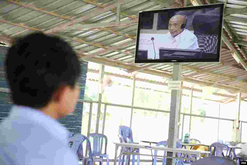 Members of the public watch live the testimony of Kaing Guek Eav, alias Duch, former chairman of S-21 on the trial in case 002/02 at the Extraordinary Chambers in the Courts of Cambodia (ECCC) in Phnom Penh on June 07, 2016. (Hean Socheata/VOA Khmer)
