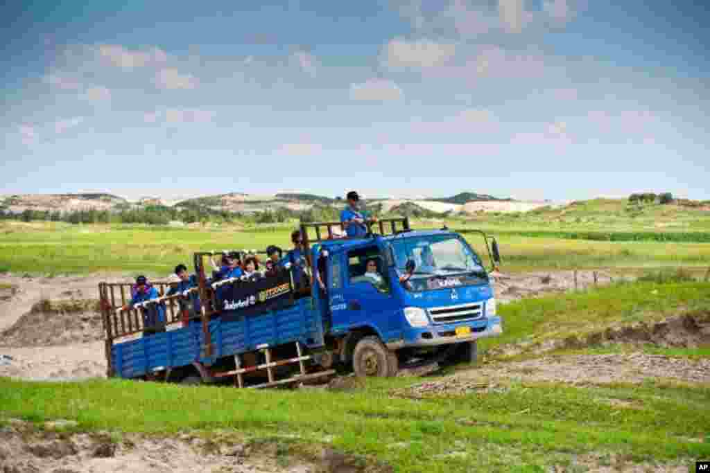 義工隊乘搭卡車到科爾沁的沙漠化地區參與植樹造林計劃