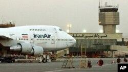 ເຮືອບິນ Boeing 747 ຂອງສາຍການບິນແຫ່ງຊາດຂອງ ອີຣ່ານ ຈອດຢູ່ສະໜາມບິນສາກົນ Mehrabad ໃນນະຄອນຫຼວງ Tehran.