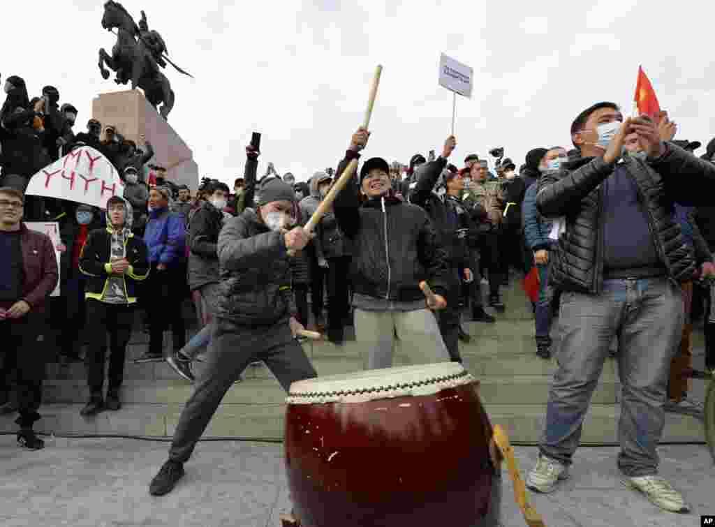 Qırğızıstanın paytaxtı Bişkekin mərkəzi meydanında sabiq prezident Almazbek Atambayevin tərəfdarları etiraz aksiyası keçirir.