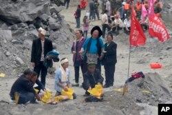 Thân nhân thắp hương cầu nguyện cho những nạn nhân của vụ lở đất.