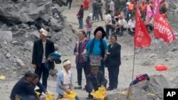 ក្រុមសាច់ញាតិជនរងគ្រោះអុជធូបនិងក្រដាសសែនដើម្បីឧទ្ទិសដល់អ្នកស្លាប់ដោយសារការបាក់ដីនៅភូមិ Xinmo តំបន់ Maoxian County ភាគនិរតីប្រទេសចិននៅខេត្ត Sichuan កាលពីថ្ងៃទី២៥ មិថុនា ២០១៧។