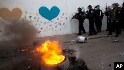 Cảnh sát chống bạo động Israel đụng độ với người Palestine tại thị trấn Ả Rập Ar'ara , ngày 5/7/2014.