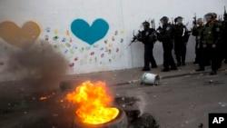 Polisi anti huru-hara Israel dalam bentrokan dengan warga Palestina di kota Ar'ara Israel Arab utara, Sabtu 5 Juli 2014.