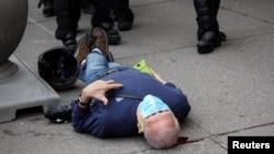 Martin Gugino, 75 tahun, tergeletak di jalan, setelah didorong oleh dua petugas kepolisian Buffalo, New York, 4 Juni 2020. (Foto: Jamie Quinn/ via REUTERS)