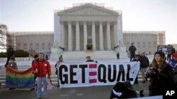 Para pengunjuk rasa berdiri di depan gedung Mahkamah Agung Amerika, di mana para hakim agung Amerika akan segera memulai pembahasan terkait referendum di California yang melarang pernikahan sesama jenis, hari ini (26/3).