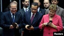La presidenta Dilma Rouseff, derecha, pide que el nuevo sistema de seguridad se instale en todo el gobierno federal.