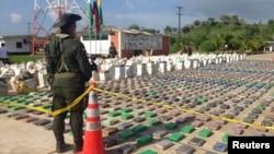 콜롬비아 경찰이 15일 몰수한 8톤 분량의 코카인 마약을 지키고 서 있다.