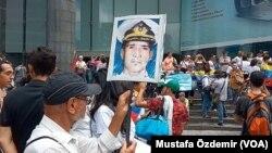Para pengunjuk rasa mengusung poster Kapten AL Venezuela Rafael Acosta pada peringatan hari Kemerdekaan Venezuela, 5 July 2019. Acosta diduga meninggal karena disiksa oleh otoritas Venezuela.