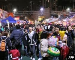 香港维园年宵市场吸引大批市民