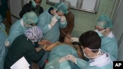 叙利亚官方媒体公布的照片显示,一名据称受到化学袭击的受害者3月19日在阿勒颇一家医院接受治疗