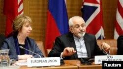 Kepala kebijakan LN Uni Eropa, Catherine Ashton (kiri) dan Menlu Iran Mohammad Javad Zarif dalam perundingan di Wina, Austria (foto: dok).