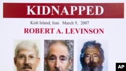 FBI-ın bu posterində keçmiş agent Robert Levinsonun uzun illər girov saxlandıqdan sonra mümkün görüntüləri nümayiş etdirilir