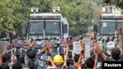 Manifestações contra o golpe militar em Mandalay, Mianmar. February 20, 2021. REUTERS/Stringer